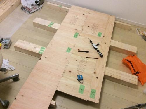 板材に穴をあける準備