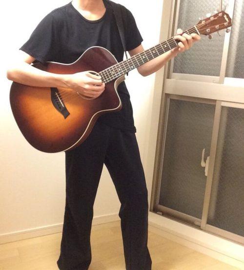 ギターを立って弾く様子