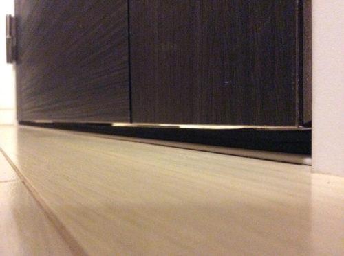 防振ゴムとドアのわずかな隙間