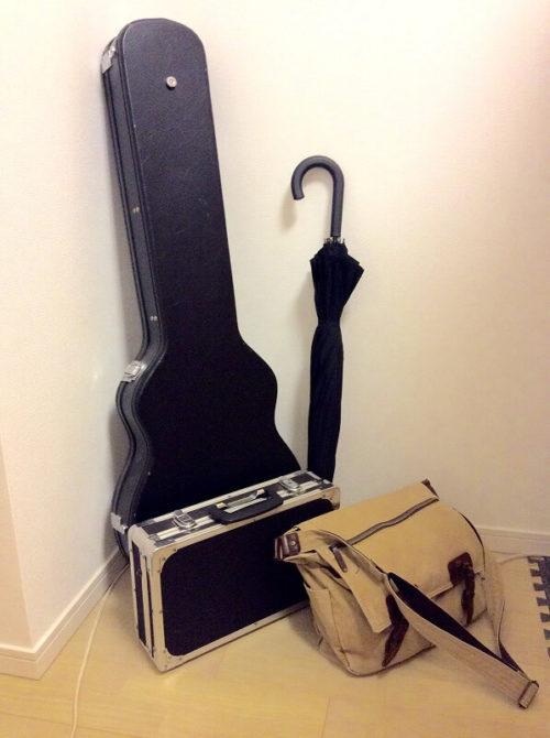 雨の日のギターの荷物