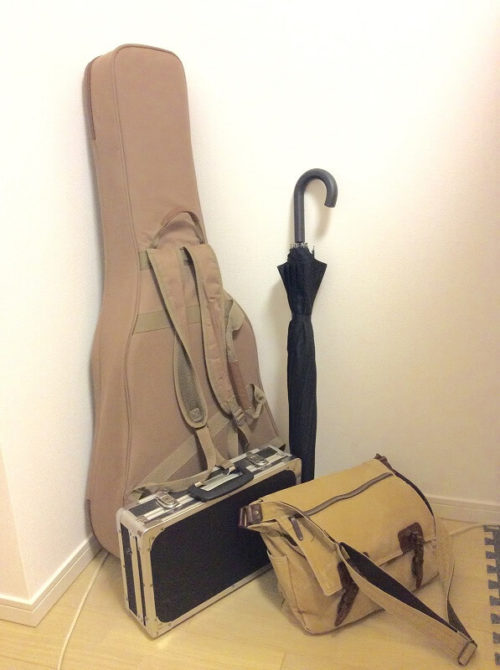背負えるギターケースと雨の日の手荷物