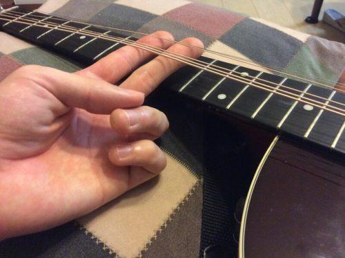 ギターの弦を緩めた様子