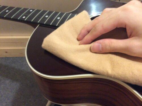 ギターを拭く様子