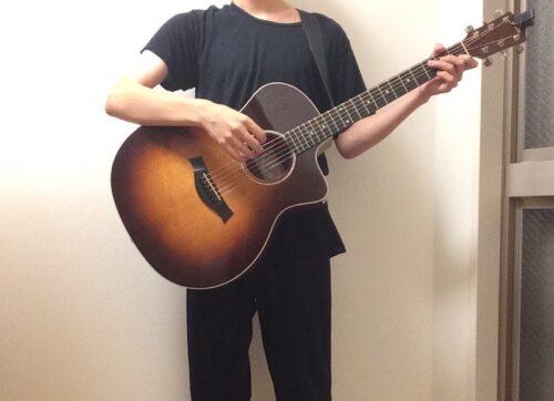 ギターを立って持つ悪い例1