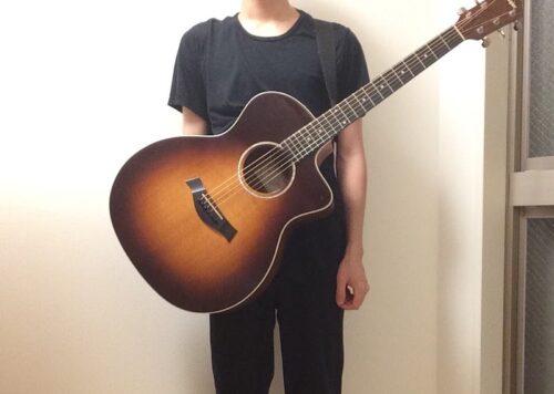 ギターの重さを体で支えるイメージ