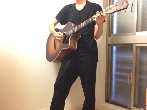 左足に重心を置いたギターの持ち方