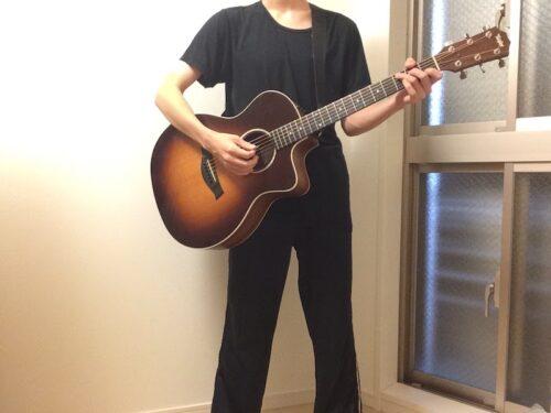 両足に重心を置いたギターの持ち方