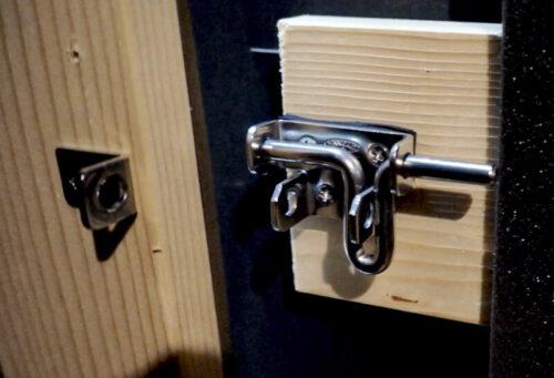 完成した防音室ドアのラッチロック
